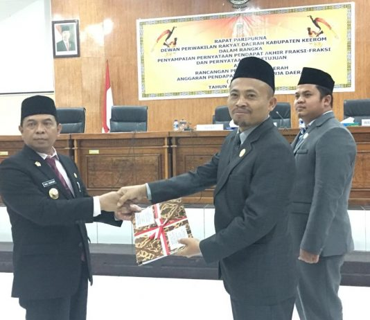 Ketua DPRD Kab Keerom Bambang Mujiono, SE saat menyerahkan hasil Sidang APBD Tahun Anggaran 2020 kepada BUpati Keerom MUH Markum, SH.MH.MM diruang Sidang DPRD Keerom, Jumat (29/11).