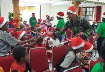 """Rayakan Bulan Kasih Natal, Gbi """"Family Of God"""" dan Kodim Mimika Berikan Bingkisan Kepada Anak Jalanan"""