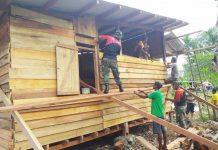 Caption : Satgas Pamtas RI-PNG Yonif Raider 300/Bjw, Pos Workwana, saat membangun rumah seorang nenek bernama Sunarni di Pir ll kampung Yamta, Distrik Mannem, Kabupaten Keerom, Pada Senin (09/12/2019). Foto : Pendam/PapuaSatu.com