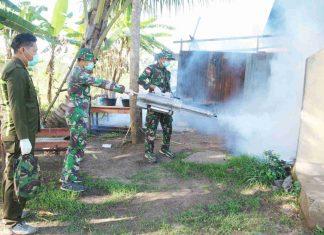 Caption : Satgas Pamtas RI-PNG Yonif MR 411/PDW Kostrad, saat melakukan fogging di Kampung Sota, Distrik Sota, Kabupaten Merauke, pada Senin (09/12/2019)