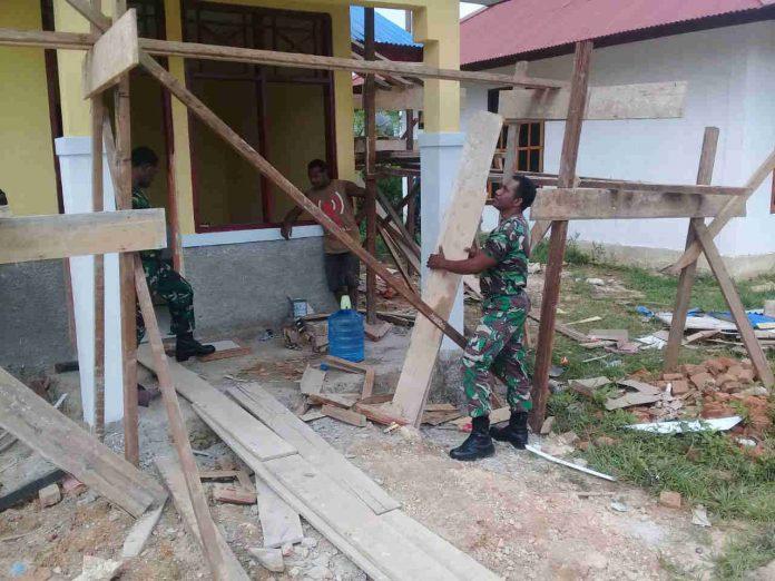 Caption : Salah Satu anggota Kodim 1711/BVD bersama salah seorang warga sedang membangun rumah layak huni bagi masyarakat di Kampung Ampera Distrik Mandobo, Kabupaten Boven Digoel. Foto : Pendam/PapuaSatu.com