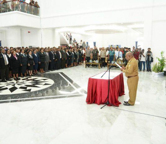 Caption : Gubernur Papua Lukas Enembe, S.IP MH saat melantik 3017 Kepala Sekolah di Gedung Negara, Rabu (11/12/2019).