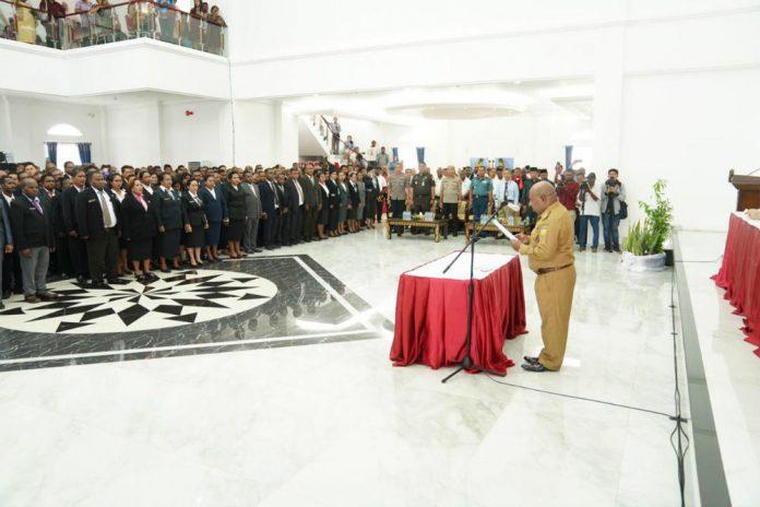 Caption : Gubernur Papua Lukas Enembe, S.IP MH saat melantik 317 Kepala Sekolah di Gedung Negara, Rabu (11/12/2019).