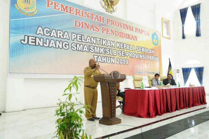 Caption : Gubernur Papua Lukas Enembe, S.IP MH saat menyampaikan sambutan dalam pelantikan 317 Kepala Sekolah di Gedung Negara, Rabu (11/12/2019).