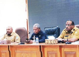 Bupati Jayapura, Mathius Awoitauw bersama Wakil Ketua PB PON Papua, Yohanes Walilo dan Ketua Bappeda Kabupaten Jayapaura saat memimpin rapat koordinasi di Aula Kantor Bupati Jayapura, Gunung Merah Sentani, Selasa (21/02/20)