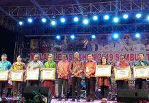 Caption : foto bersama usai pemberian penghargaan kepada OPD terbaik di lingkungan pemerintah kota Jayapura