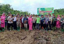 Caption : Foto Bersama Kapolres Keerom bersama Muspida di kabupaten Keerom usai penanaman 1.500 pohon di Jln. Bhayangkara, Kampung Asyaman - Arso Swakarsa, Distrik Arso, Kabupaten Keerom, Jumat (10/01/2020).