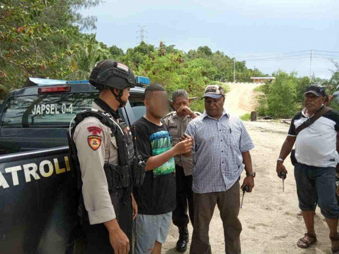 Caption : Kapolsek AKP. Yosias Pugu, SH bersama butir Tombak 5.0 Direktorat Samapta Polda Papua, saat mengamankan pemuda pembawa ganja di lokasi Pantai Hamadi, Minggu (12/01/2020).