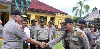 Caption : Kapolda Papua, Irjen Pol Drs. Paulus Waterpauw ketika bersalaman dengan salah satu Periwira Polri, saat mengunjungi Markas Brimob Detasemen B Mimika, Senin (13/01/2020).