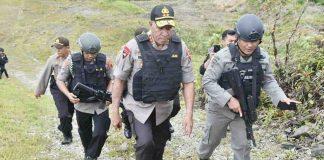 Caption : Kapolda Papua Irjen Pol Drs. Paulus Waterpauw didampingi Kasatgas Amole dan Kapolres Mimika, turun langsung menuju TKP penembakan Bus milik PT. Freeport Indonesia tersebut.