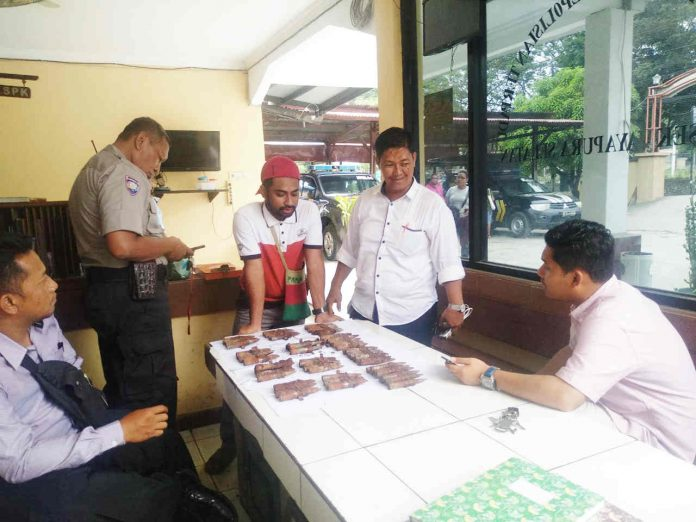 Caption : Sebanyak 68 Butir Amunisi jenis Kaliber 12,7 MM, saat diamankan di Mapolsek Jayapura Selatan, selanjutnya dibawa ke Mapolresta Jayapura Kota.