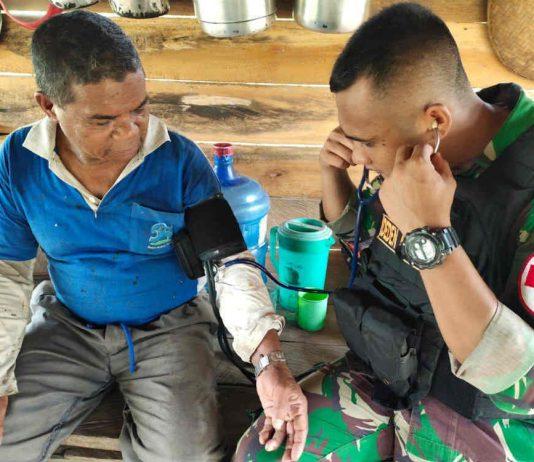 Caption : Satgas Pamtas RI-PNG Yonif 713/ST Pos Ramil Tami, saat memberikan pelayanan kesehatan bagi warga di Kampung Skouw Mabo, Distrik Muara Tami, Jayapura, Selasa (14/01/2020).