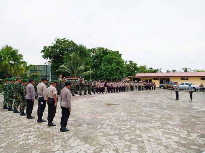 Caption : Suasana apel gabungan TNI/Polri dalam pengamanan pelantikan anggota DPRD Kepulauan Yapen, Selasa (14/01/2020).