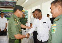 Caption : Kasdam XVII/Cenderawasih Brigjen TNI Irham Waroihan, saat bersalaman dengan peserta rapat komindat di Makodam XVII/Cenderawasih, Rabu (15/01/2020)