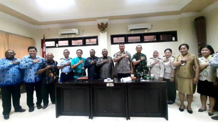 Bupati Jayapura Mathius Awoitauw, SE, M.Si, bersama stakeholder terkait saat memberikan contoh salam pengganti jabat tangan sebagai pencegahan penularan virus corona, usai menggelar jumpa pers di Aula Lantai I Kantor Bupati Jayapura, Gunung Merah, Sentani, Kabupaten Jayapura, Selasa (17/3/2020) siang