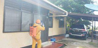 Caption : Terlihat salah satu Tim Kesehatan Bid Dokkes Polda Papua, saat melakukan penyemprotan Disinfektan di rumah Dinas para Pejabat Utama Polda Papua di Angkasa, Jumat tanggal 27 Maret 2020 tadi pagi.