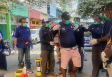 Ketua DPW Partai Nasdem Papua, Mathius Awoitauw, SE, M.Si, didampingi Sekretaris DPW Partai Nasdem Papua, H. Sulaiman L. Hamzah, SE, SH, ketika melepas petugas penyemprotan disinfektan dengan menyerahkan secara simbolis alat semprot disinfektan, di Kota Sentani, Kabupaten Jayapura, Jumat (27/3/2020)