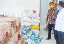 Caption : Bupati Keerom, Muh Markum saat menyerahkan sembako secara simbolis kepada Kepala Kampung Yaturaharja di Balai Kampung Arso 10 distrik Arso Barat, Selasa (21/04/2020).