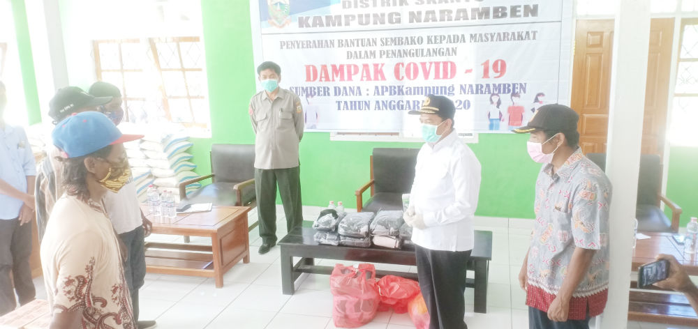Caption : Bupati Keerom, Muh Markum saat menyerakan masker kepada ketua RT, RW di Kampung Naramben, distrik Skantor, Selasa (21/04/2020).