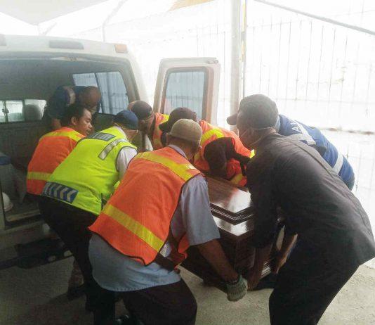 Caption : Jenazah Alm Graeme Thomas Weal saat dievakuasi dari Ambulance menuju Bandara Moses Kilangin untuk diberangkatkan ke daerah asalnya di Selandia baru, pada rabu (01/04/2020)