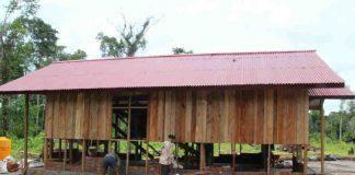 Caption : Terlihat Persenil Satgas TMMD ke-107 Kodim 1707/Merauke saat gencar melakukan pembangunan rumah di Kampung Epem, Distrik Citak Mitak Kabupaten Mappi. Foto : Pendam/PapuaSatu.com