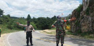 Caption : Tim Gugus Tugas Covid- 19 Pemda Keerom saat melakukan simulasi pencegahan Covid -19 di depan Pos Pamtas 713/Satya Tama, Kampung Yowong, Distrik Arso Barat, Kab Keerom, Minggu (05/04/2020).