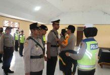 Caption : Kapolres Keerom AKBP Baktiar Joko Mujiono S.IK.MM, saat melantik Jabatan Waka Polres Keerom dan Serah Terima Kasat Lantas Polres Keerom di Aula Polres Keerom, Sabtu (04/04/2020).