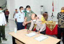 Penandatanganan kesepakatan bersama Forkopimda untuk menaikkan status Papua menjadi Tanggap Darurat Covid-19, Rabu (8/4/20)