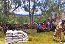 Caption: Luki Wuka saat menyerahkan bantuan beras kepada masyarakat di kampung Wetalak, Selasa, 12 April 2020