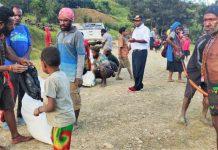 Caption: Senius Hilapok Saat membagikan bantuan beras 1 Ton kepada masyarakat di distrik Taelarek, 15/04/2020
