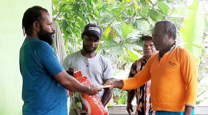 Ketua KPA Provinsi Papua, Yanuel Matuan saat menyerahkan insentif kepada Edison Wandadaya selaku coordinator wilayah beserta paket bahan makanan untuk para 'tamu khusus'