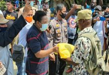 Sekda Kabupaten Jayapura, Hana Hikoyabi saat menyerahkan bantuan untuk masyarakat Demta, Minggu (24/5/20)