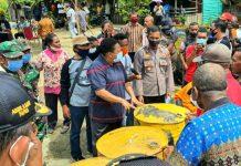 Sekda Kabupaten Jayapura, Hana Hikoyabi saat menyerahkan bantuan BBM di Demta, Minggu (24/5/20)