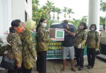 Penyerahan bantuan sosial berupa Sembako dari Kejaksaan Tinggi Papua kepada para sopir angkutan umum dj Kota Jayapura, Selasa (5/5/20)