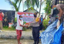 Pendistribusian bantuan sosial berupa beras 10 ton dari Mabes Polri untuk masyarakat yang terdampak virus covid-19 di Supiori, Sabtu (30/5/20).