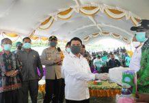 Caption : Bupati Keerom, Muhammad Markum, SH., MH., MM saat menyerahkan bantuan Paket Sembako secara simbolis kepada perwakilan tiga distrik di halaman kantor Bupati Kabupaten Keerom, Rabu (06/05/2020).