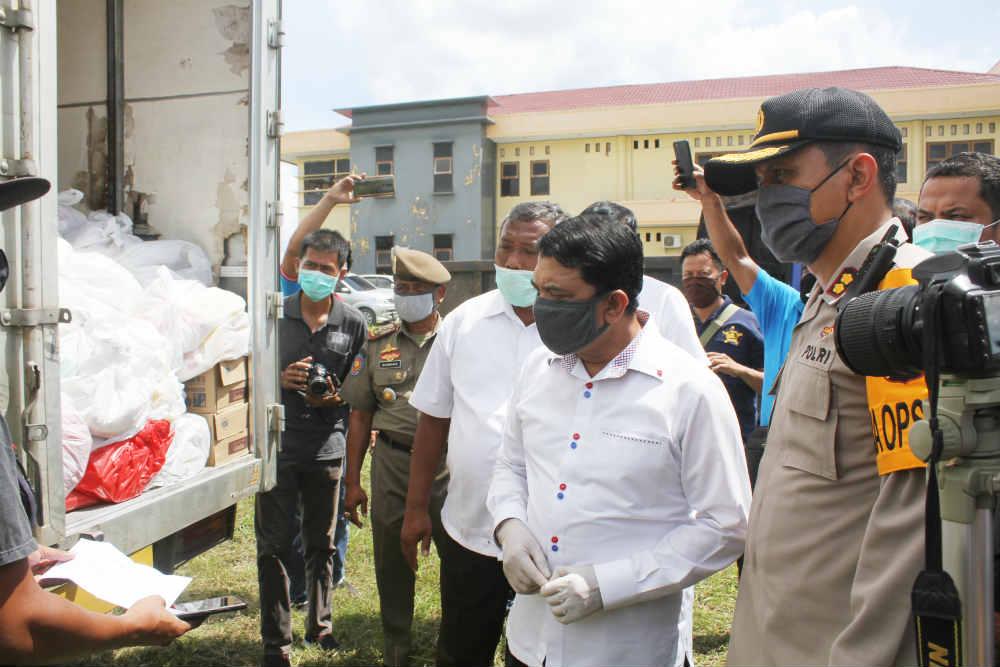 Caption : Bupati Keerom, Muhammad Markum, SH., MH., MM bersama Kapolres dan Ketua DPRD serta SKPD, saat mengecek sembako yang akan disalurkan kepada masyarakat di 11 Distrik kabupaten Keera