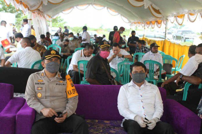 Caption : Kapolres Keerom AKBP Baktiar Joko Mujiono duduk bersama dengan Bupati Keerom, Muhammad Markum, SH., MH., MM usai menyerahkan bantuan paket sembako kepada perwakilan tiga distrik, Rabu (06/05/2020).