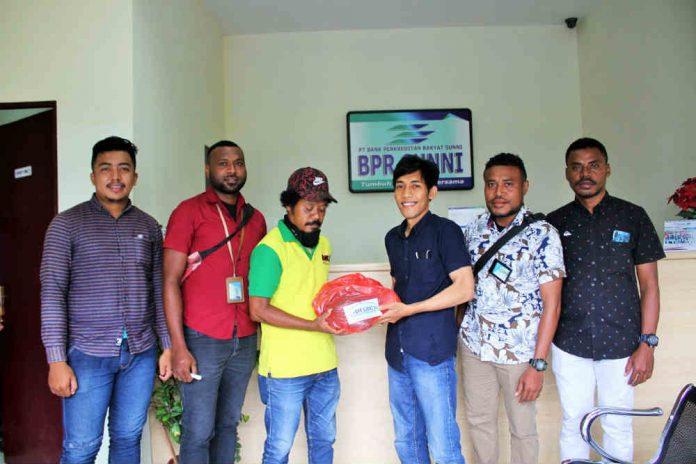 Caption : Manajemen BPR Sunni Jayapura, saat menyerahkan bantuan paket sembako kepada salah satu petugas kebersihan Kota Jayapura,di kantor BPR Sunni Jayapura-Kotaraja, Jum'at (08/05/2020) pagi.