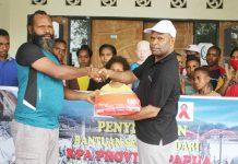 Caption : Ketua Harian KPA Provinsi Papua, Yan Matuan, saat menyerahkan secara simbolis bantuan bahan makanan kepada Ketua Harian Panti Asuhan Air Hidayat Arso 9 kabupaten Keerom, Selasa (12/05/2020)