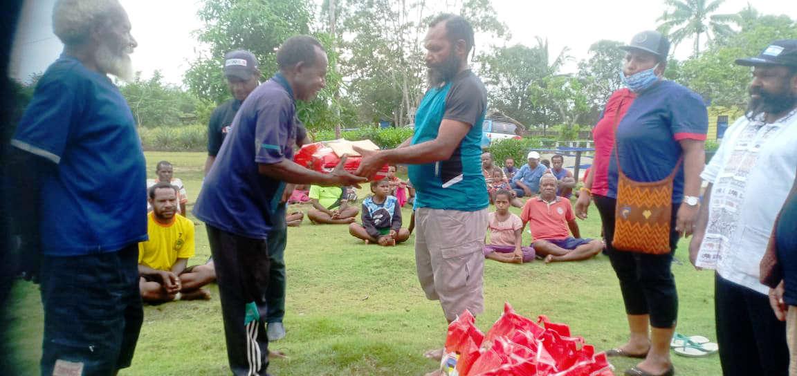 Caption : Ketua Harian KPA Provinsi Papua, Yan Matuan, saat menyerahkan secara simbolis bantuan bahan makanan kepada kepala Kampung Alang-alang, distrik Skanto Kabupaten Keerom.
