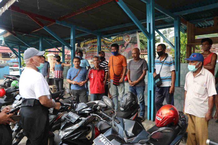 Caption : Kapolda Papua, Irjen Pol Drs. Paulus Waterpauw, saat memberikan himbauan pencegahan virus Corona kepada masyarakat di seputaran Kota Jayapura.