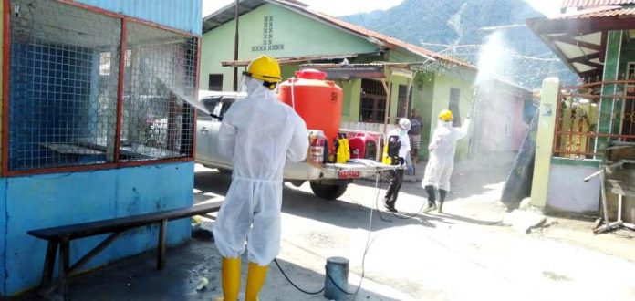 Penyemprotan disinfektan oleh tim Gugus Tugas Covid-19 Kabupaten Jayapura ke rumah-rumah warga dalam penanggulangan dan pencegahan penularan Covid-19