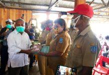 Bupati Jayapura Mathius awoitauw saat menyerahkan dana Rp100 juta untuk ketahanan pangan bagi masyarakat kampung di distrik Ebungfau, Selasa (19/5)
