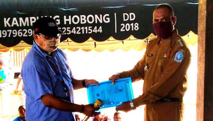Kepala Dinas Kependudukan dan Catatan Sipil Kabupaten Jayapura saat menyerahkan dokumen kependudukan bagi warga di distrik Ebungfau Kabupaten Jayapura, Selasa (19/5)