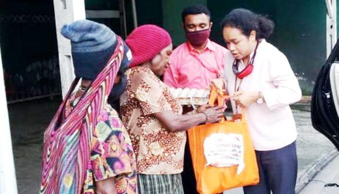 Penyaluran bantuan paket Sembako dari IPOJK kepada warga masyarakat yang terdampak pandemi Covid-19 di Kota Jayapura, Rabu (20/5/20).