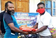 Ketua KPA Provinsi Papua, Yanuel Matuan saat menyerahkan bantuan Sembako secara simbolis kepada para tamu khusus dan masyarakat Kampung Biri 2, di halaman GBGP Jemaat Kristus Mulia Biri 2, Distrik Pantai Timur, Kabupaten Sarmi, Senin (18/5/20)