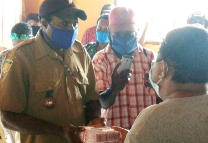 Sekda Kabupaten Jayapura, Hanna Hikoyabi, secara simbolis saat memberikan bantuan dana ketahanan pangan
