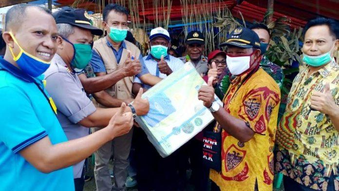 Assisten I Bidang Pemerintahan Setda Kabupaten Jayapura, Abdul Rahman Basri saat menyerahkan bantuan Hansprayer kepada Kepala Distrik Yapsi