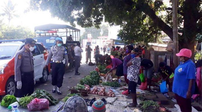 Aparat Gabungan Polri, TNI dan Satpol PP Provinsi Papua saat melaksanakaan patroli untuk memberi imbauan kepada masyarakat di depan Expo, Waena, Distrik Heeram, Kota Jayapura